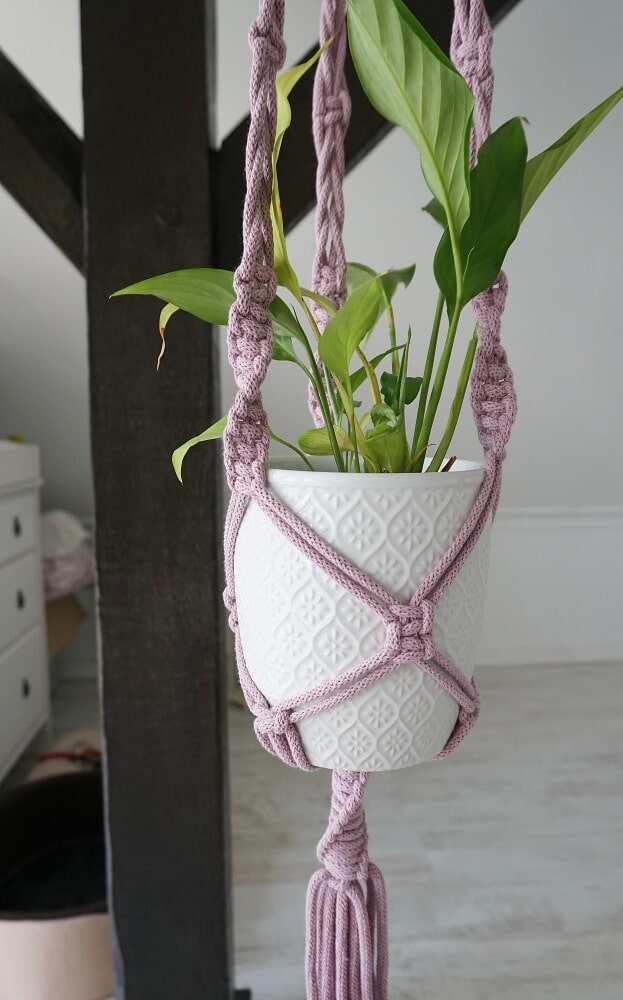 Liliowy kwietnik makrama